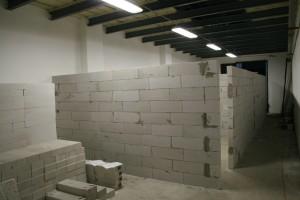 nőnek a falak